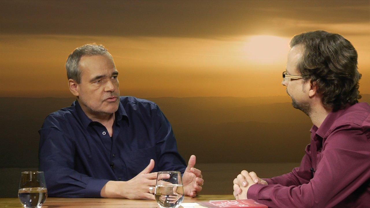 Peter Michael Dieckmann ist in ein Gespräch mit dem Moderator Thomas vertieft.