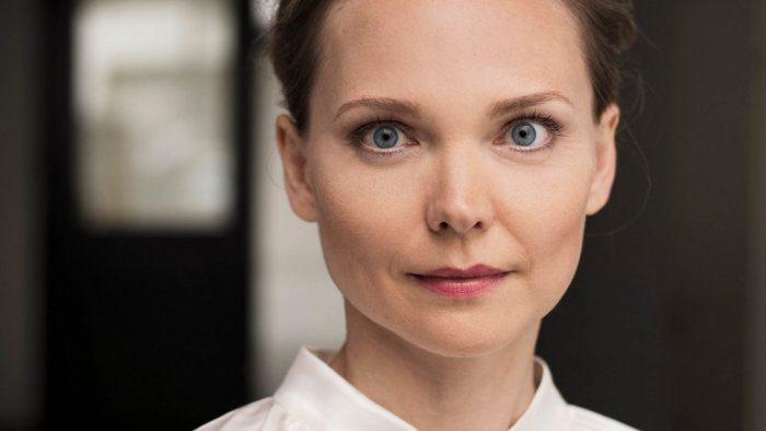Porträt von Jana Haas, die ernst in die Kamera sieht