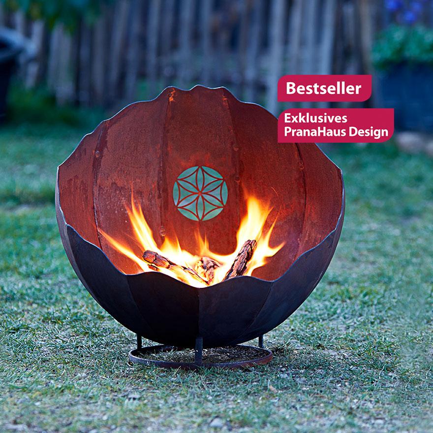 """Eine Feuerschale aus Edelrost, verziert mit dem Symbol der Saat des Lebens. Zwei Labels sind auf dem Bild platziert, sie weisen das Produkt als Bestseller und """"Exklusives PranaHaus Design"""" aus."""