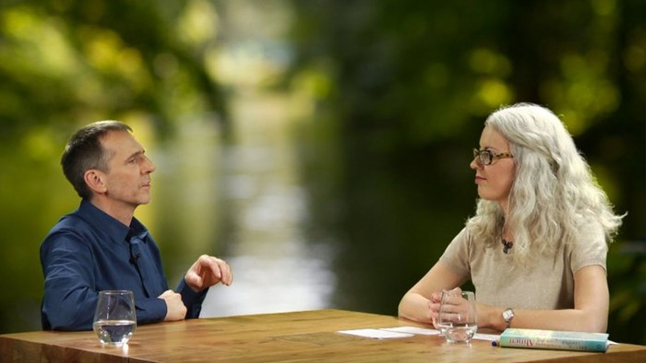 Stefan Limmer im Gespräch mit einer Moderatorin