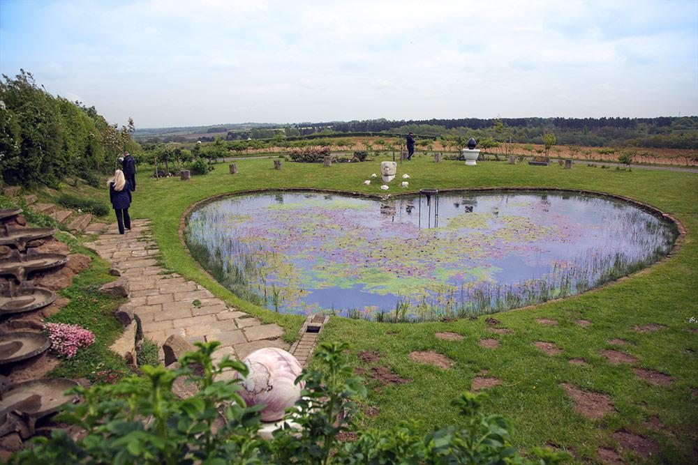 Ein herzförmiger Gartenteich