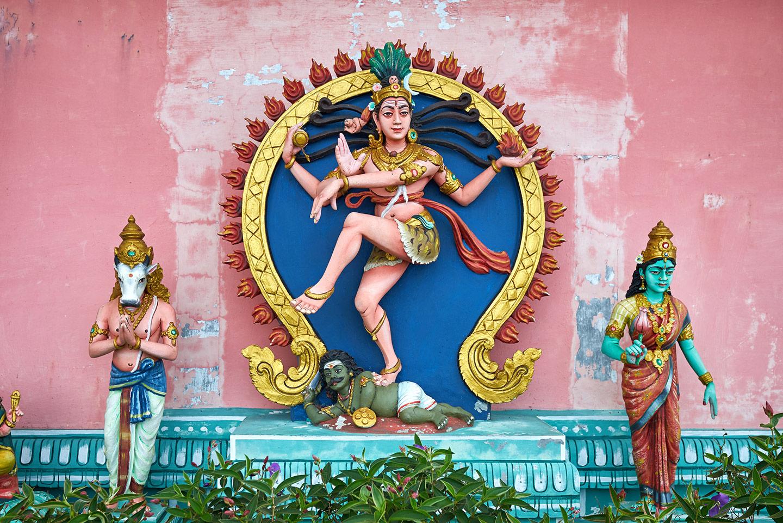 Farbenfrohe Statuen der Hindu-Gottheiten Shiva, Nandi und Parvati in einem Tempel