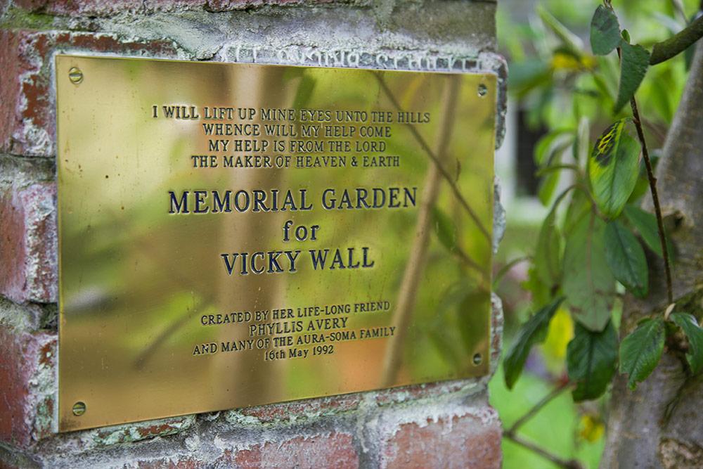 """Goldenes Schild mit der englischen Inschrift """"Memorial Garden for Vicky Wall"""""""