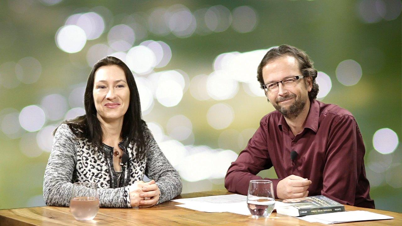 Lumira sitzt mit dem Moderator des Webinars an einem Tisch, beide sind der Kamera zugewandt
