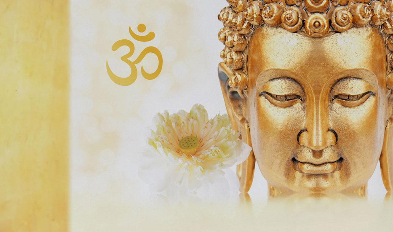 Gesicht einer goldenen Buddha-Statue, links daneben eine Lotusblume und das OM-Symbol