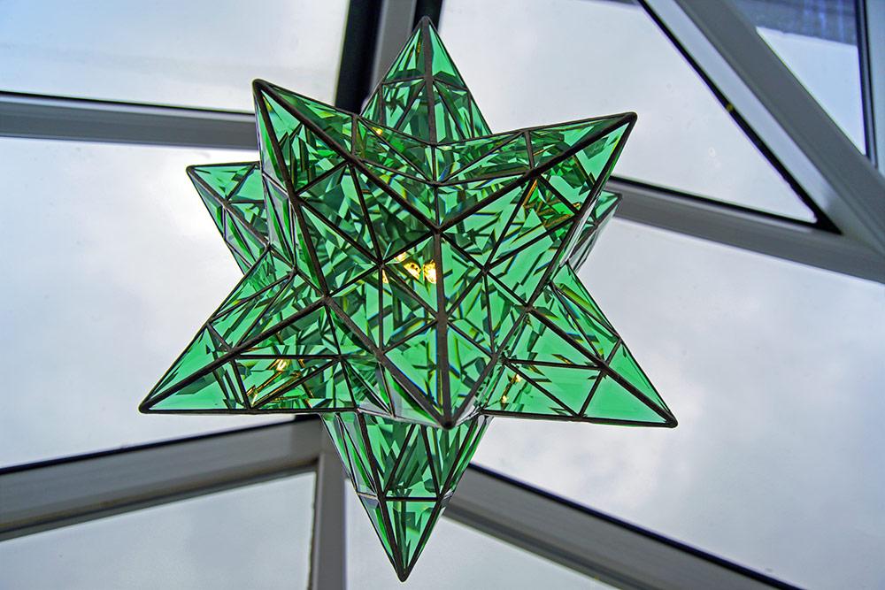 Eine sternförmige Leuchte aus grünem Glas